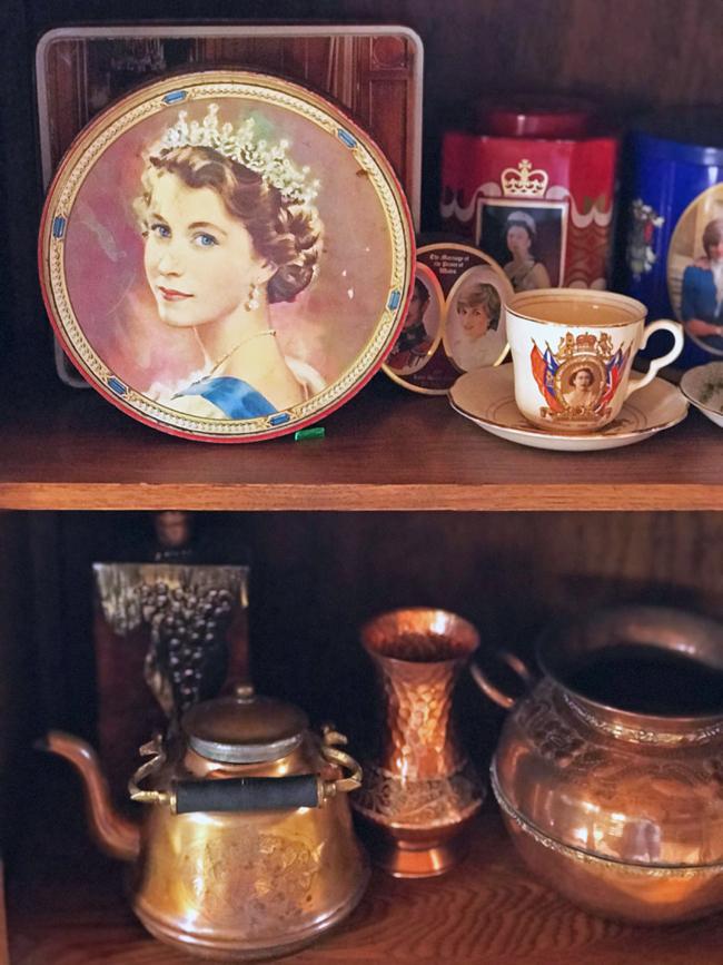 log cabin, royal cookie tin